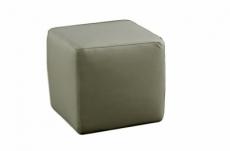 un pouf carré en cuir, blanc
