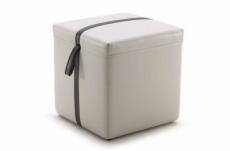 un pouf carré en cuir goha
