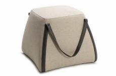 un pouf carré en cuir stein